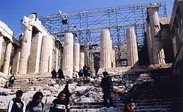 I Propilei dovevano essere la monumentale entrata composta da numerose ed imponenti colonne di marmo pentelico dell'Acropoli di Atene: la costruzione iniziò nel 437 a.C. e si fermò nel 432 a.C, a causa dell'inizio della guerra del Peloponneso, e non riprese mai più.