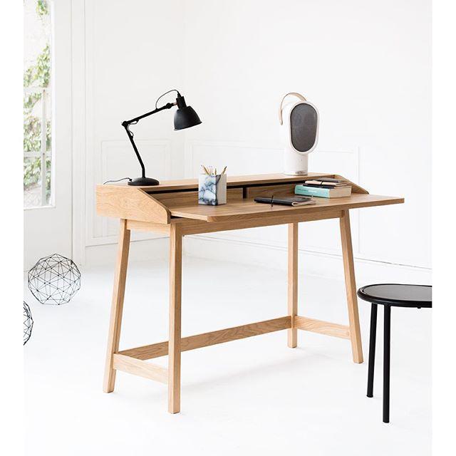 Favorit på Habitat: St James skrivbord i massiv ek och ekfanér. Ett smart skrivbord med utdragbar bordsskiva. Kan med fördel även användas som konsolbord eller sminkbord. Finns i alla våra butiker, beställningsvara. 4.990kr. #habitatsverige
