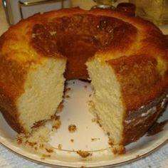 Receita de Bolo Simples - 1 1/2 xícara (chá) de leite aproximadamente , 3 ovos , 4 colheres (sopa) de margarina bem cheias , 3 xícaras (chá) de farinha de t...