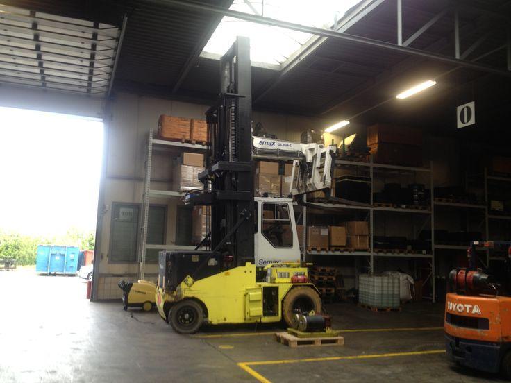 Reparatie rijmotoren van 10 tons Semax heftruck. Machine is een elektrisch aan gedreven heftruck.