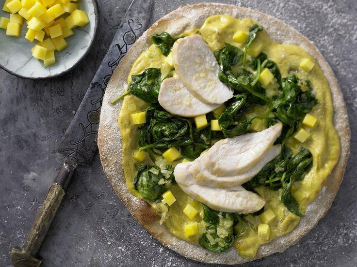 Vielleicht nicht ganz stilecht – aber dafür einfach hinreißend gut! Pizza auf indische Art - mit Hähnchen und Mango - smarter - Kalorien: 569 Kcal - Zeit: 35 Min. | eatsmarter.de