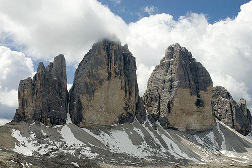 Las Tres Cimas de #Lavaredo conforman el corazón de las #Dolomitas, en los #Alpes Orientales de #Italia. Tres cumbres que se alzan desafiantes hacia el cielo, mostrándonos la inmensidad de sus caras norte, tres paredes verticales cercanas a los setecientos metros de altura. Un hermoso y escarpado entorno donde se han escrito numerosas páginas de la historia del alpinismo, así como uno de los paisajes de montaña más bellos que podremos contemplar en el viejo continente.