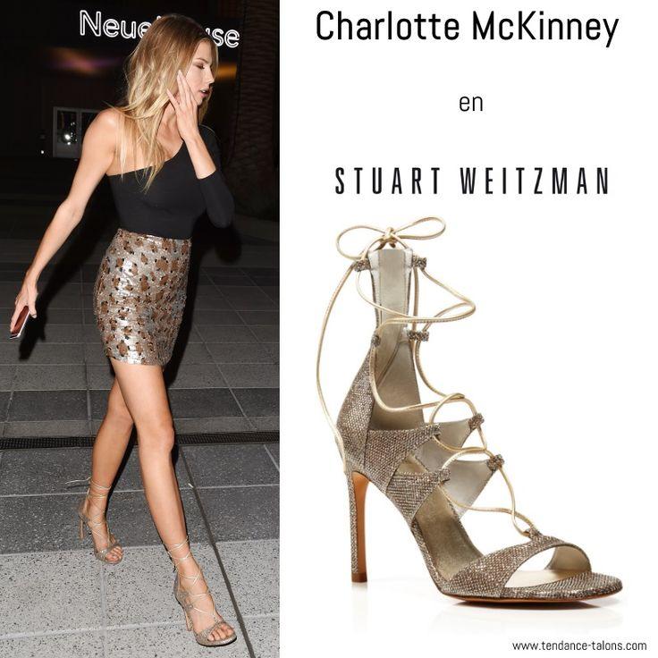 """Charlotte McKinney en sandales """"Legwrap"""" de Stuart Weitzman, lors de la soirée Revolve à Los Angeles (novembre 2016)"""