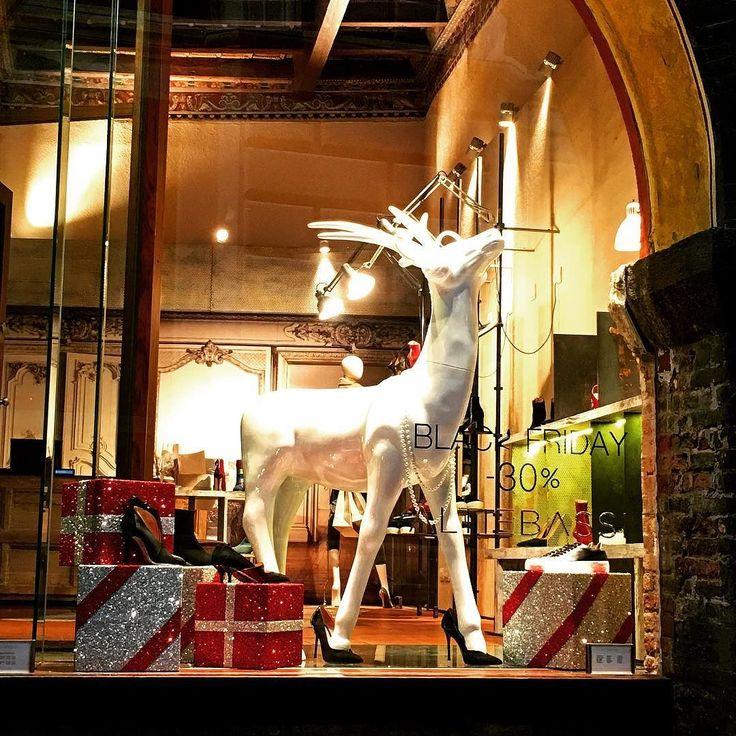 Solo per voi e per la serie #noncemaifinealpeggio : la vetrina più #kitsch di #Bologna !!! Una fantastica #renna in porcellana bianca adornata di collana di perle che sfila indossando #tacchi vertiginosi!!  Anche questo andava documunentato!!! #comedimenticare ? . . . #shopping #shoppingnatalizio #xmasshopping #christmasshopping #vetrinenatalizie #fashionista #fashion #instafashion #fashionlovers #reindeer #shoes #fashionshoes #scarpe #scarpecoltacco #tacchialti #tacchiaspillo #heels…