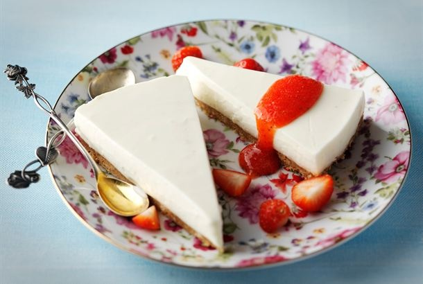 Raikas limekakku sopii erityisen hyvin keväisten ja kesäisten juhlien tarjottavaksi. Tarjoa kakun kanssa tuoreista mansikoista valmistettua kastiketta. http://www.valio.fi/reseptit/raikas-limekakku/