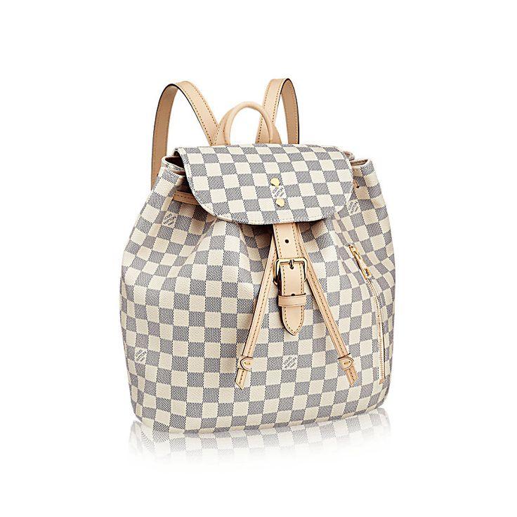 Découvrez l'incontournable Sperone Le Sperone, un sac à dos féminin en toile Damier Azur, est un compagnon fidèle. Il plaira aux inconditionnelles de la mode comme à celles qui privilégient le côté pratique. Elles y trouveront un intérieur spacieux agrémenté de nombreux détails issus du savoir-faire de Louis Vuitton.