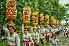 You know those huge offerings of fruit that women carry to the temple in Bali – those are called Gebogan . Basically, they are arrangements of fruit, colorful flowers, cooked chicken, and many more to expression of gratitude for all good things the gods have given in their life . Courtesy image from google #bali #seminyak #food #tonysvilla #holiday #honeymoon #balimagic #culture