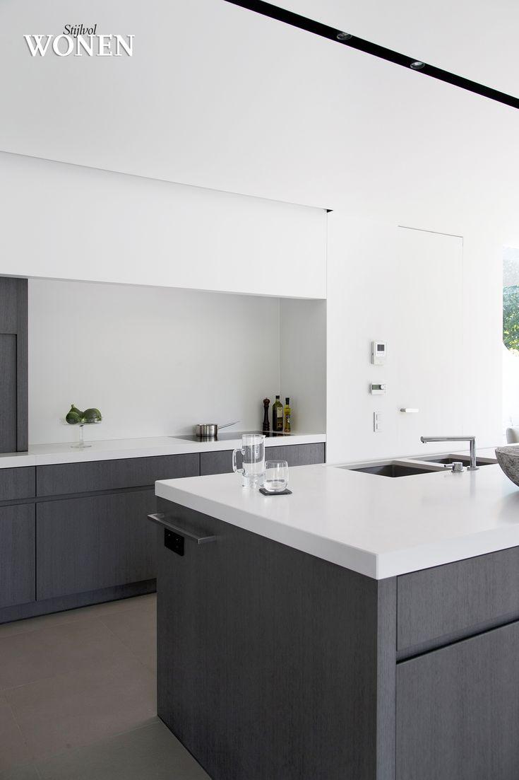 Stijlvol Wonen: het magazine voor warm-hedendaags wonen - ontwerp: Isabelle Onraet - fotografie: Stefanie De Neve #keuken #architectuur #verlichting #blackwhite