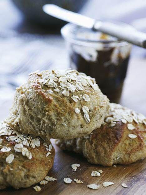 Gå i køkkenet med børnene, og bag saftig brunsviger, skønnescones, sunde havregrynsboller og en uimodståelig rugbrødskage - MUMS!