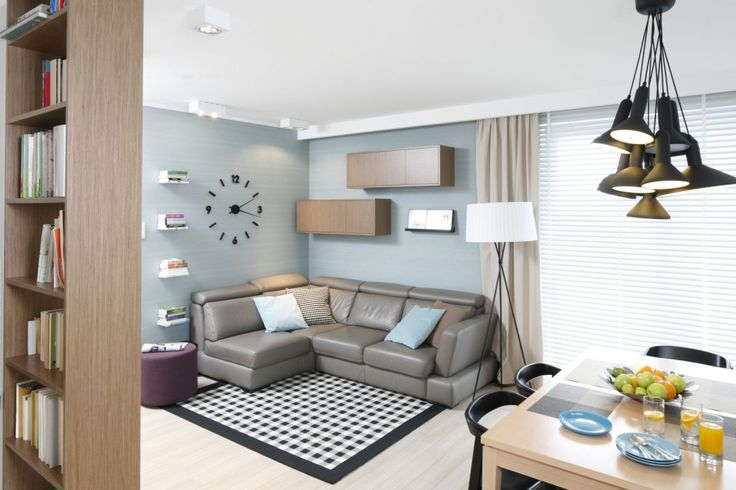 Wmieszkaniu dominują pastelowe, lekko przydymione barwy. Prym wiodą szarości ibeże, aneutralną paletę przełamują turkusowe iczarne akcenty, wyznaczające poszczególne funkcje mieszkania.