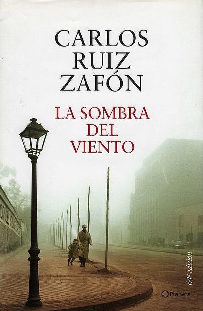 La sombra del viento de Carlos Ruíz Zafón. Si lo quieres leer está disponible en la Biblioteca de la ULPGC. Pulsa sobre la cubierta y verás dónde