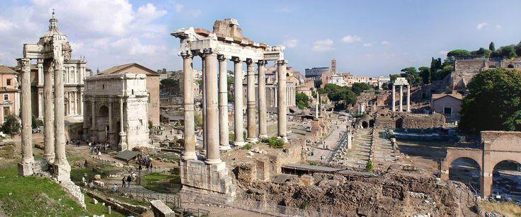 FORUM ROMANUM  Forum Romanum to rzymski plac miejski położony w dolinie między wzgórzami i zabudowany szeregiem funkcjonalnie powiązanych budowli administracyjnych i sakralnych. Otoczony kilkoma innymi forami, tzw. forami cesarskimi, tworzy z nimi kompleks o chyba największym na świecie zagęszczeniu zabytków najwyższej klasy. Powstało po wybudowaniu w latach 730-720 BC Cloaca Maxima i osuszeniu bagnistej doliny. Zostało gęsto zabudowane w epoce cesarskiej.