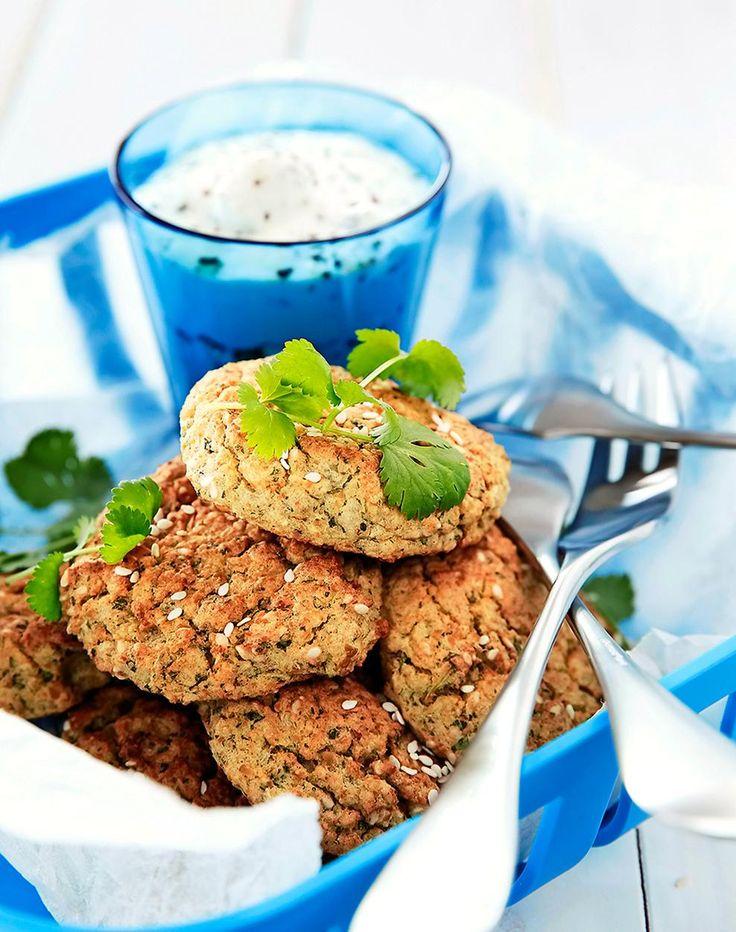 Falafelit, suositut uppopaistetut kasvispihvit tai -pyörykät syntyvät hieman kevyemmin ja nopeammin uunissa. Katso ohje tästä!