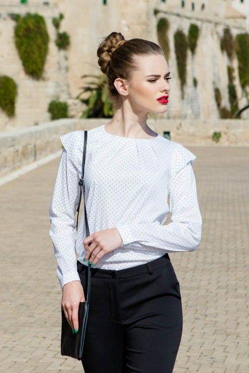 Bluza stil camasa Romantic: croiala foarte ușor evazata și pensele de pe umeri pun delicat în valoare pieptul, închiderea se face prin fermoar ascuns la spate, iar aplicațiile de pe umeri îi dau bluzei un plus de stil și bun gust.