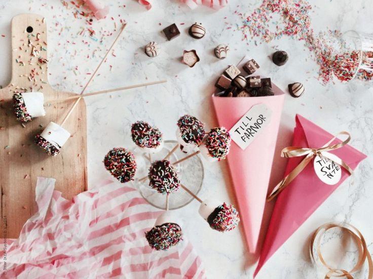 Hemmagjorda klappar är de mysigaste att både få och ge bort till jul! Skärbräda PROPPMÄTT, FRAMSTÄLLA silkepapper, strutar av FRAMSTÄLLA presentpapper, VINTERMYS etiketter, FRAMSTÄLLA presentsnöre. Gästbloggare Frida Eklund Edman