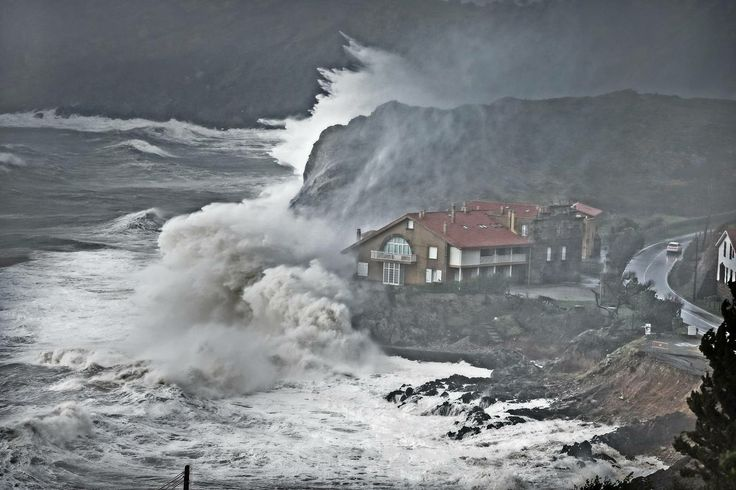 @dmontanes Another great shot! So massive these #waves in northern #spain #weather but don't want 2 live in that house!