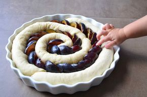 """Kombinace mák a švestky je stejně ta nejlepší, co říkáte? Vojta tenhle koláč pojmenoval jako """"tunýlkovej"""". Jedná se o tři za sebou sto..."""