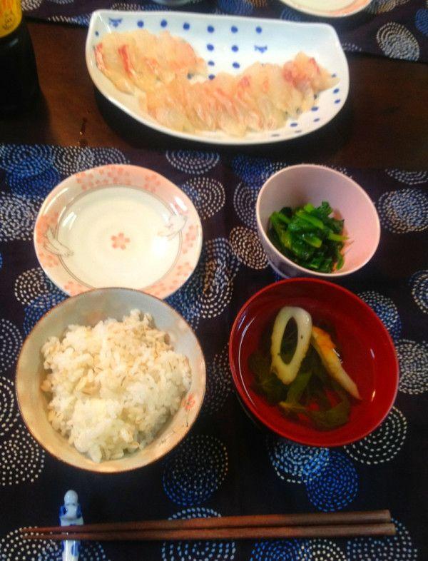 お昼ごはん:頂き物の鯛を、お刺身におろしていただきました。自家製の三つ葉は、竹輪と一緒にお吸い物にしました。小松菜の和え物、麦入りごはん。