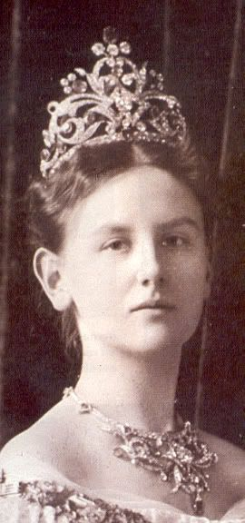 Queen Wilhelmin wearing her Sapphire Tiara. It was given to her by the people ot the Netherlands for her wedding in 1901. The piece has a big diamond on the center, found in India.
