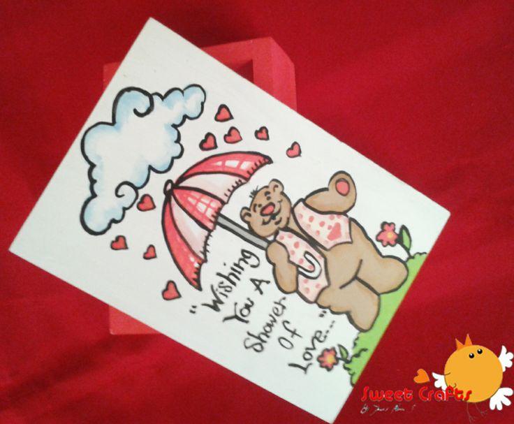 """Cajita osito con lluvia de corazones Con la leyenda """"Wishing you a shower of love"""" un tierno osito te desea mucho amor para la temporada de San Valentín y que mejor combinación que regalarlos con chocolates kisses de Hershey´s dentro. #bear #pinturacountry #valentine #vday #ILoveSweetCrafts #umbrella Técnica: Acrílico sobre madera"""
