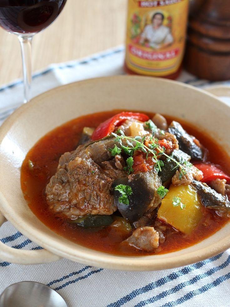 牛すじ肉と夏野菜のトマト煮 by toMoko(ぴくるす) / とろとろに煮た牛すじ肉と、とろとろに煮えた茄子が好相性です。少し辛みを加えて、食欲を刺激する味にしました。 / Nadia