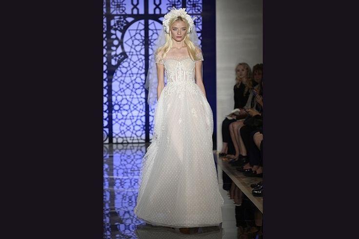 A noiva de Reem Acra é moderna e descolada, mas sem abrir mão das clássicas rendas e transparências. O vestido tem corpete com estética de lingerie, mas leva renda e tule com poás no comprimento