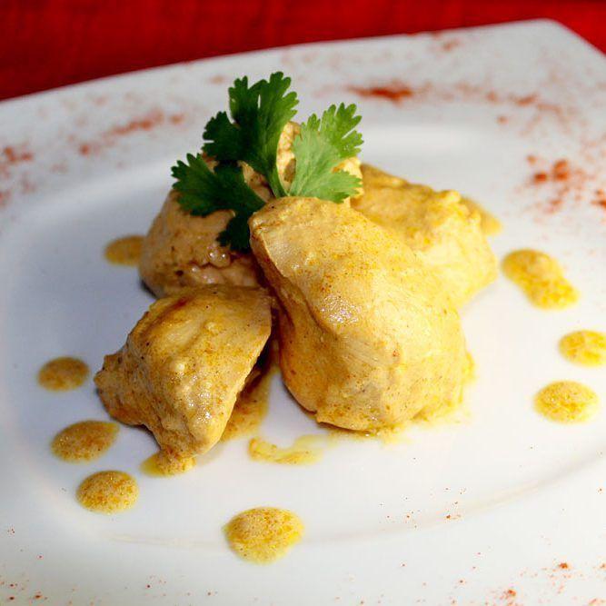 Butter chicken (un clásico de la cocina de India pollo marinado y cocinado en abundante manteca)  naan/arroz basmati  Mughali mutton (carne de cabra marinada por 4hs  en una riquísima mezcla de crema con nueces de caju y especias y cocinado por 3hs a fuego bajo)  naan/arroz basmati  Pasande (carne de res en finos cortes acompañado de una deliciosa salsa)  naan/arroz basmati  Para picar tenemos kebabs de pollo/carne y samosas de carne.  Servicio de delivery y carryout 0981577614