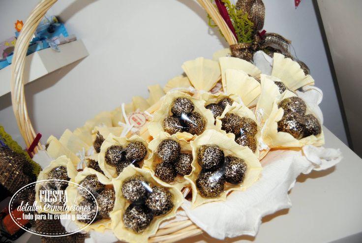 Mini-ramos o bouquets de bombones, un detalle muy bonito para tus invitados. Estos son los que hemos preparado para la #boda de D+C
