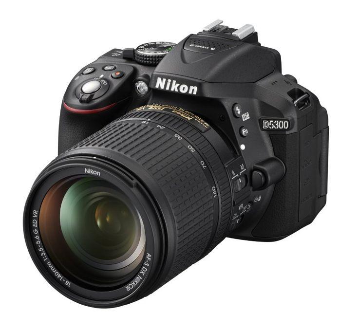 Die beste Spiegelreflexkamera für Einsteiger ist für uns die Nikon D5300. Die Kamera punktet mit einer sehr hohen Bildqualität, einer guten Ausstattung und einer gelungenen Ergonomie. Kaum schlechter ist die Canon EOS 700D, die mit einem Touchscreen begeistert. Aufgrund ihres etwas besseren Ausstattungsumfangs und der leicht höheren Bildqualität hat die Nikon D5300 jedoch knapp die Nase vorn.
