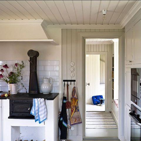 I detta vackra skärgårdskök är tak och spismur målad med vit matt linoljefärg. Övriga snickerier med 15% grön umbra linoljefärg. Vedspisen har fått ny spiralknopp och en liten uppfräschning med spissvärta. Kaklet heter Metro och är handgjort. Allt finns hos Gysinge. #gysinge#byggnadsvård#linoljefärg#kakel#linoljesåpa#belysning#inredning