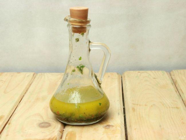 ADEREZO ITALIANO ENSALDAS Mezclar en un frasco 2 y 1/2 cucharadas de aceite de oliva, 1 y 1/2 cucharadas de vinagre balsámico, la mitad de un diente de ajo machacado, 1/4 de cucharadita de sal y pimienta al gusto. Tapa el frasco y sacúdelo.