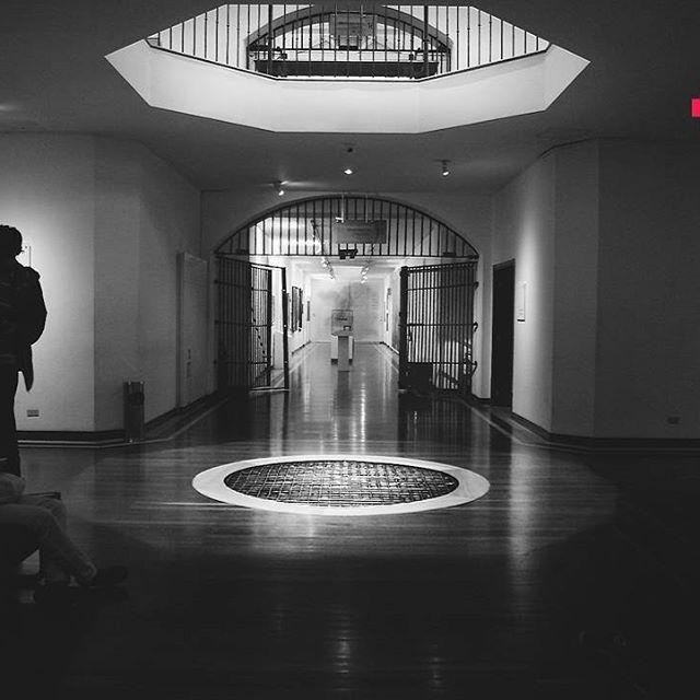 Tortura, hacinamiento, humillación, disenterías, tifus, viruelas y demás era lo que encerraban los muros del actual Museo Nacional de Colombia, además de los lamentos y voces ahogadas de los reclusos políticos durante la guerra de los mil días… pues sí, el museo, es un diseño del arquitecto Thomas Reed, y su único destino era encerrar presos, su estructura es un panóptico el cual permitía el control visual de todos los presos sin que se dieran cuenta. Que cosa tan seria diría pink tomate, y…