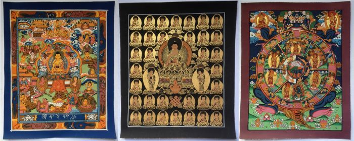 Drie schilderijen van Tibetaanse kunst - Noord-India - einde van de 20ste naar begin van de 21ste eeuw.  Tibetaans aandoende schilderijen op canvas afkomstig uit Himachal Pradesh (Noord India) en dateert uit eind 20/begin 21e eeuw.Goud en zwarte Boeddha's ongeveer 265 x 22 cmBoeddha op blauwe achtergrond ongeveer 255 x 21 cmBhavacakras / Bhavachakras - ongeveer 27 x 22 cmDe Karmic wiel of Wheel of Life omsluit figuratieve uitbeelding van het Samsara gehouden door een monster Yama (of Māra)…