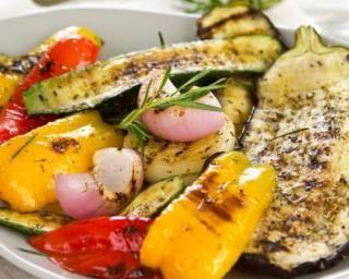 Salade de légumes grillés au barbecue : http://www.fourchette-et-bikini.fr/recettes/recettes-minceur/salade-de-legumes-grilles-au-barbecue.html
