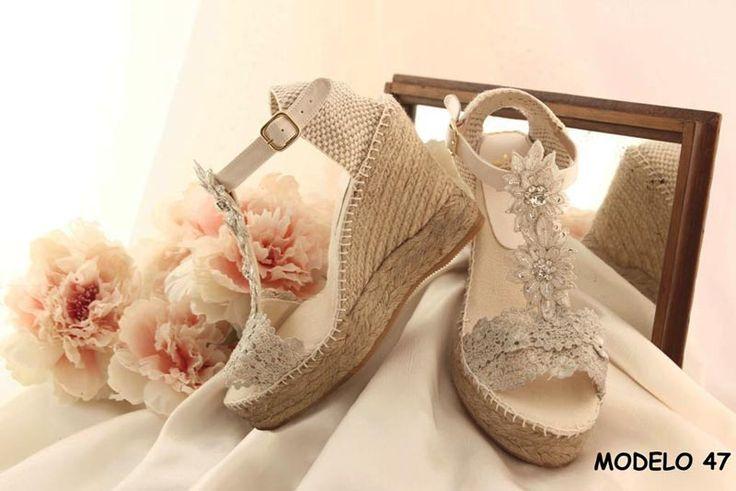 Descubre nuestra última colección 2017 en alpargatas de novia, cuñas de novia o esparteñas de novia. Una solución cómoda y elegante para el día de tu boda.