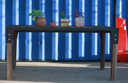 Mesa BARCS  La estructura de esta mesa la saque de una chatarrero, la limpie, lije y barnice y la use como marco. La mesada esta hecha con tablas encastradas la marco de maderas recicladas de diferentes tipos. Para la patas use unos marcos de puerta de cedro.  Medidas: 1,50 x 1,70 x 0,75