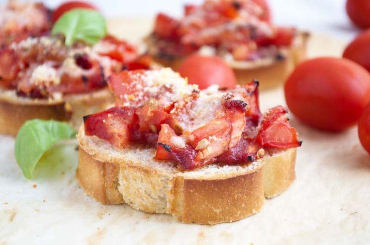 Überbackene Brote mit Tomaten sind eine kleine Vorspeise oder köstlich zum Brunch. Ein schnelles Rezept.