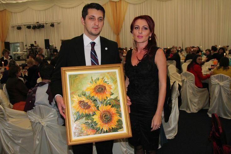 """Tabloul """"Floarea – soarelui"""", pictură în ulei, în tehnica cuţitului de paletă pe pânză, lucrare donată de artista Cristina Hreamătă Macoveiciuc, a fost adjudecată la licitaţie cu 1.500 de lei de senatoarea Steliana Miron."""