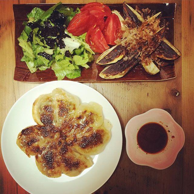 いつの日かの夕食。  手作り餃子に ロメインレタス トマト 茄子のおひたし。  お家ごはんが1番♡  #おうちごはん #手作り #餃子 #ロメインレタス #dinner #gyoza #cooking #yum #yummy #instagood #instacooking #homemade