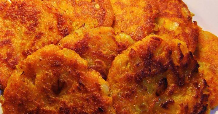 Vackert orangegula och suveränt goda morotsbiffar som är lätta att laga. Färsen håller ihop fint vid stekning. Serveringsförslag som tillbehör: Enkel kall dillsås av crème fraiche, hackad dill, salt och peppar, eller en varm svampstuvning/-sås.