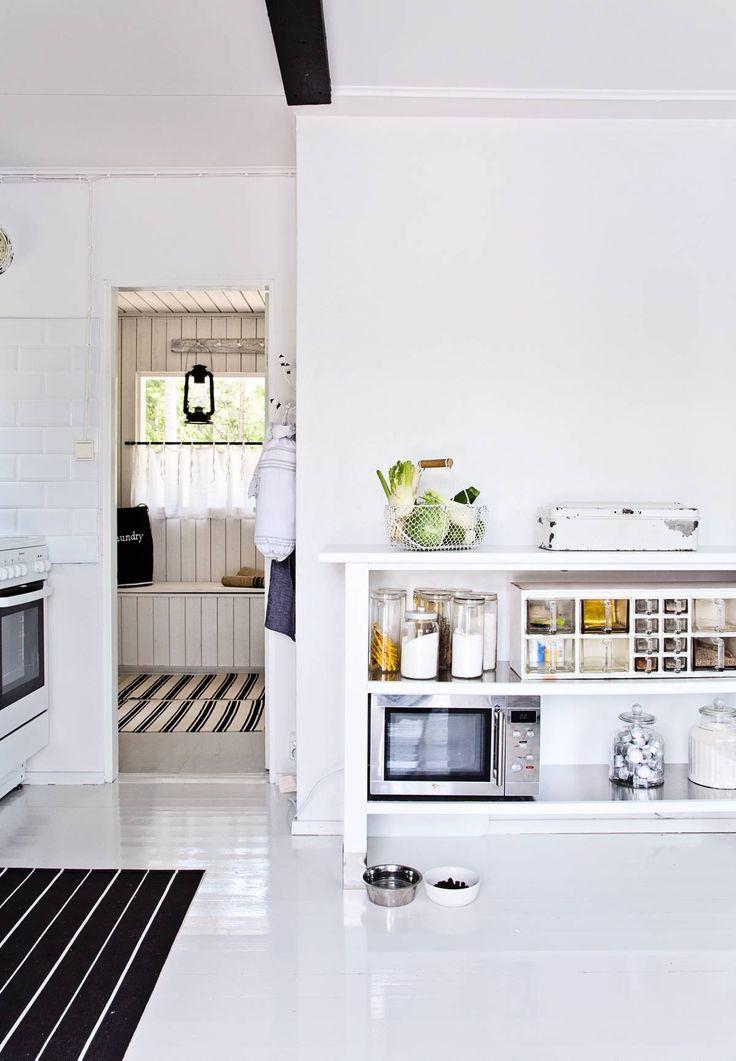 Hannele ja Pekka purkivat keittiön ja olohuoneen välisen seinän remontissa. Keittiön takana on pieni pukuhuone ja sauna, myös ne kunnostettiin.