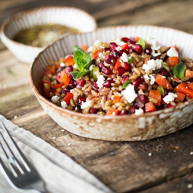 Blass-grüne Farbe und ein feiner nussiger Geschmack zeichnen den halbreif geernteten Dinkel aus. Zusammen mit Granatapfel, Paprika und Minze macht er sich gut als sättigender Sommersalat.