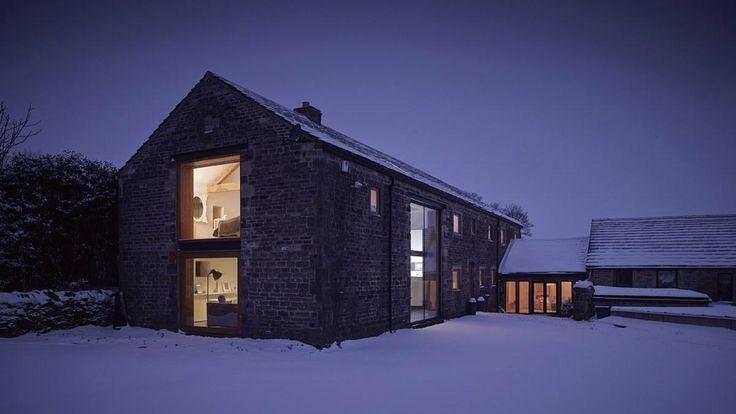 Dnes vás zavedeme do stodoly z 16. století, která nyní slouží jako nádherný velký dům plný moderních materiálů a designu.