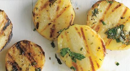 ¿Quién no tiene patatas en casa? No importa si eres o no un gran cocinero, las patatas son muy versátiles a la hora de cocinar y por eso todos las solemos tener en casa. Si estas cansado de hacerlas siempre en la misma ensalada es tiempo de una renovadora receta. Hoy te contamos como preparar est
