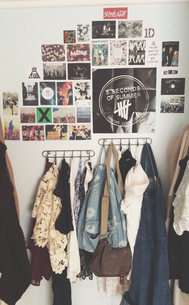 Pra quem ama bandas e quer deixar esse amor em cada cantinho da casa: Uma colagem de pôsteres e fotos é perfeita!