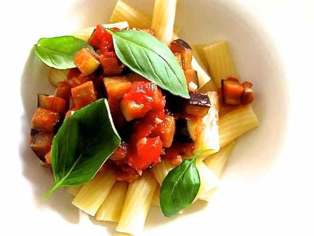 De herfstvakantie is weer voorbij. Terug aan het werk. Dusvandaag maak ik wat makkelijks. Maar moet er geen Parmezaanse kaas bij? Nee niet bij deze pasta en ik heb het niet gemist. Het was heerlijk, door de smaak van de knoflook, rode wijnazijn, tomaatjes, aubergine en de verse basilicum. Niet