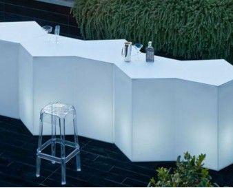 Ideale per il bar all'aperto, accanto alla piscina, in spiaggia, in giardino per l'ora dell'aperitivo o dello snack, Iceberg è un banco bar componibile o tavolo alto per buffet. http://www.outletarredamento.it/arredo-giardino/attrezzatura-ristorazione---banconi-bar-design-O-23067.html #bancone #bar #offerteoutlet #outletarredamento