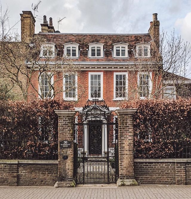 #housegoals in Richmond . Miserable weather in London this evening- rain and wind- and all I can think of is how I would really love to watch Lost again. I have only seen it once when it came out and I still think it was a great series.  #housesofldn  #prettycitylondon  #thisislondon