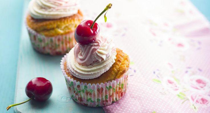 Cupcakes com doce de cereja - http://www.entretaxos.com/cupcakes-com-doce-de-cereja/