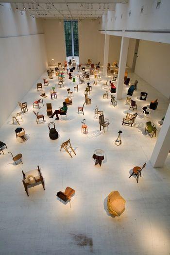 個性的な椅子が無造作にたくさんならんでいます。